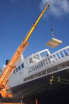 Mauretania painting being removed from QE2