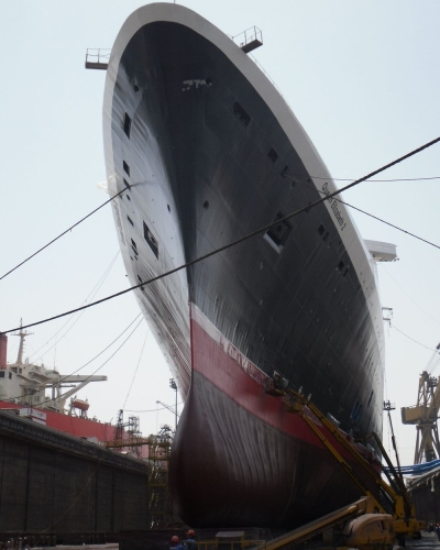 QE2 gleams with a new coat of paint  (Photo from Dubaiworldmedia site Aug 13, 2009)