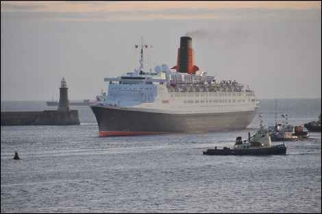 QE2 entering Tyne -by David Heywood 2008
