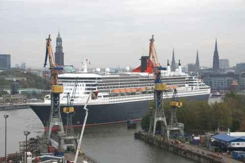 QM2 docking into Elbe 17 - ©Blohm + Voss